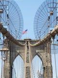 Tour de pont de Brooklyn avec le drapeau des Etats-Unis Image libre de droits