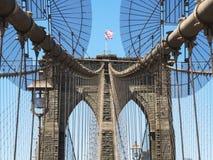 Tour de pont de Brooklyn avec le drapeau des Etats-Unis Photo libre de droits
