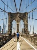 Tour de pont de Brooklyn avec le drapeau des Etats-Unis Photo stock