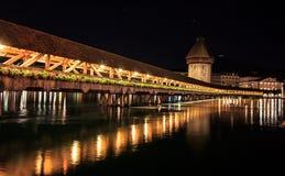 Tour de pont et d'eau de chapelle la nuit avec la réflexion sur le lac, luzerne photo stock