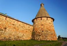 Tour de Pryadilnaya du monastère de Solovetsky au coucher du soleil Photographie stock