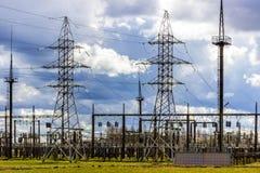 Tour de puissance à haute tension, lignes transmission Photographie stock libre de droits