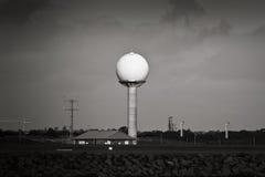 Tour de radar d'aéroport en noir et blanc Images libres de droits