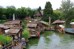 Tour de radeaux de jungle dans le village orienté africain Image stock
