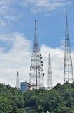 Tour de radio et de télévision sur la colline Images libres de droits