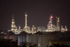 Tour de raffinerie la nuit Photo libre de droits