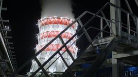 Tour de refroidissement de centrale de la chaleur contre le ciel foncé de matin banque de vidéos
