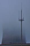 Tour de refroidissement dans le brouillard image stock