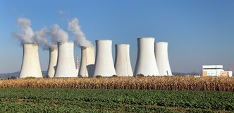 Tour de refroidissement de centrale nucléaire Jaslovske Bohunice image libre de droits