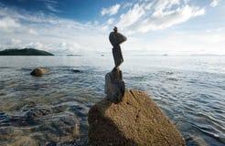 Tour de roche de zen sur le coût de mer images libres de droits