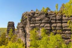 Tour de roche de grès dans la vallée d'été du parc national Suisse de Bohème photographie stock libre de droits