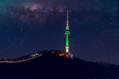 Tour de Séoul et galaxie de manière laiteuse à Séoul, Corée du Sud Photos stock
