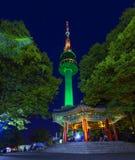 Tour de Séoul la nuit Photos libres de droits