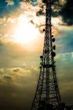 Tour de satellite de télécom de silhouette Image stock