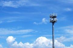 Tour de signal avec le ciel bleu Images stock