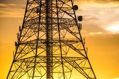 Tour de signal sur le coucher du soleil Photos stock