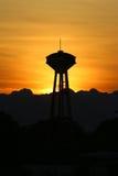 Tour de silhouette avec le coucher du soleil Images stock