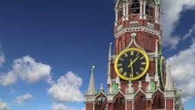 Tour de Spasskaya contre le ciel Moscou Kremlin, jour de la Russie banque de vidéos
