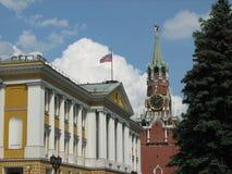 Tour de Spasskaya de Moscou Kremlin avec une horloge et des cloches Photos stock
