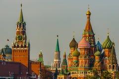 Tour de Spasskaya de Moscou Kremlin et de cathédrale de Basil's de saint photo stock