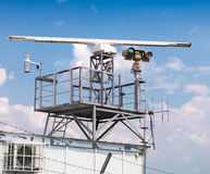 Tour de station radar avec l'appareil-photo au-dessus du ciel bleu Photographie stock libre de droits