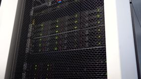 Tour de stockage de données d'opération avec les indicateurs verts Grandes données de centre de traitement des données clips vidéos
