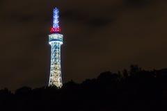 Tour de surveillance de Prague (également appelée le petit Tour Eiffel) sur la colline de Petrin avec l'illumination de nuit Image stock
