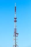 Tour de télécommunication au-dessus de ciel bleu Photographie stock libre de droits