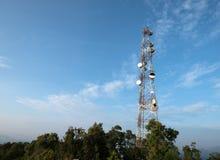 Tour de télécommunication aux crêtes de montagne photo stock
