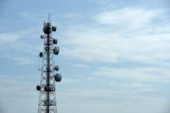 Tour de télécommunication avec des antennes avec le ciel bleu Photo libre de droits