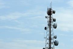 Tour de télécommunication avec des antennes avec le ciel bleu Photos stock