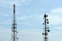 Tour de télécommunication avec des antennes avec le ciel bleu Image libre de droits