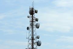 Tour de télécommunication avec des antennes avec le ciel bleu Photographie stock