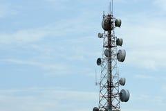 Tour de télécommunication avec des antennes avec le ciel bleu Images stock