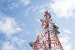 Tour de télécommunication avec le ciel bleu clair Photos stock