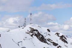 Tour de télécommunication avec le ciel nuageux dans Image stock
