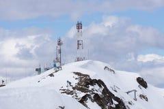 Tour de télécommunication avec le ciel nuageux dans Images libres de droits