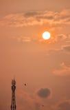 Tour de télécommunication avec le coucher du soleil Image libre de droits