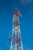 Tour de télécommunication avec le satellite et l'antenne Images libres de droits
