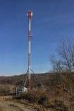 Tour de télécommunication dans la forêt  Photographie stock libre de droits