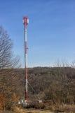 Tour de télécommunication dans la forêt Photos stock