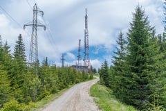 Tour de télécommunication dans la forêt sur une montagne Images stock