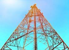 Tour de télécommunication en beau ciel clair Image stock