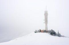 Tour de télécommunication en hiver Photographie stock