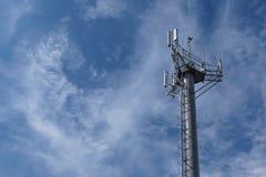 Tour de télécommunication de répétiteur avec le ciel bleu Photo libre de droits