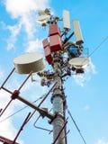 Tour de t?l?communication de station de base de r?seau t?l?phonique de t?l?phone mobile avec les antennes cellulaires intelligent photo libre de droits
