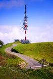 Tour de télécommunication sur le dessus de montagne Photos libres de droits