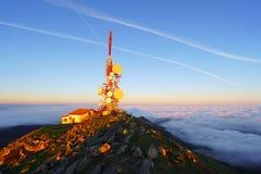 Tour de télécommunication sur le dessus de montagne d'Oiz Photographie stock