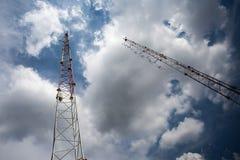 Tour de téléphone portable et antenne par radio Photographie stock