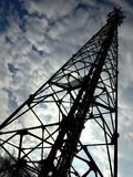 Tour de téléphone portable et le ciel nuageux Photographie stock libre de droits